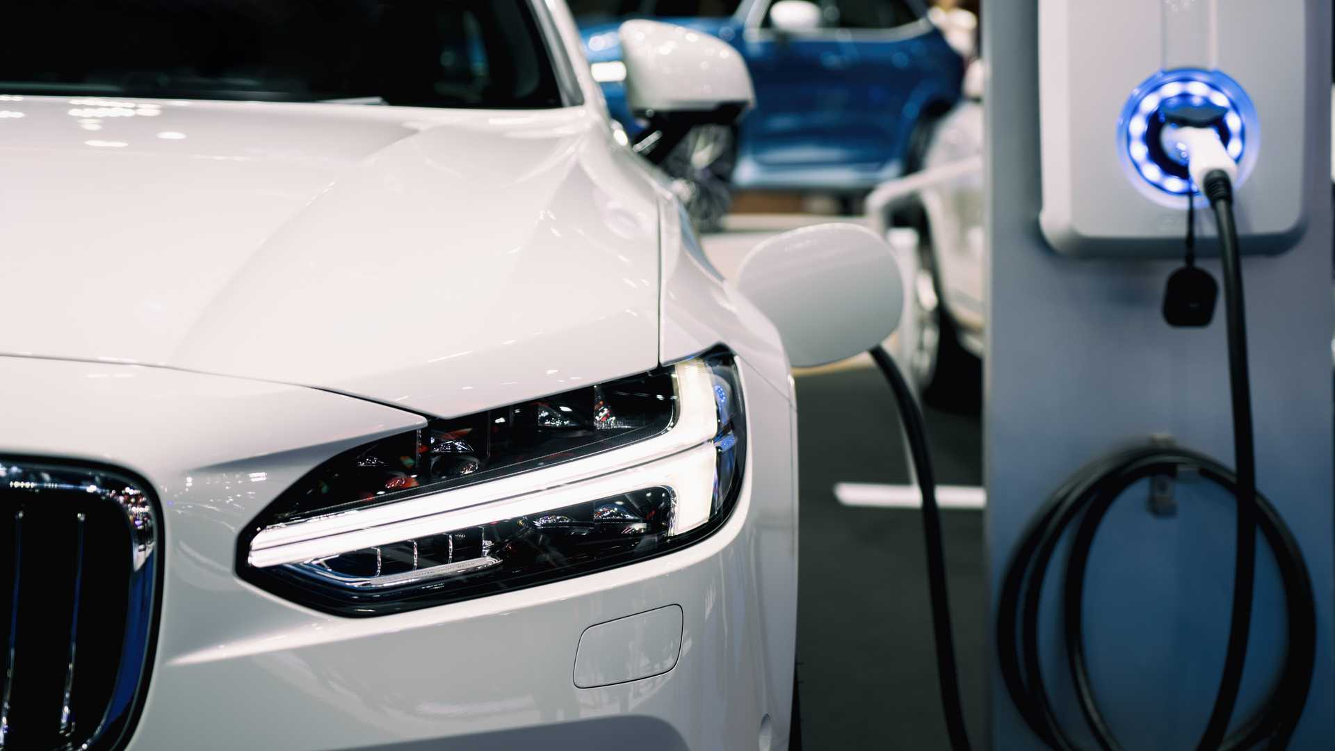 Power supply for hybrid electric car charging battery
