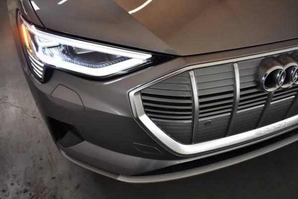 2019 Audi e-tron WA1LAAGE8KB010472