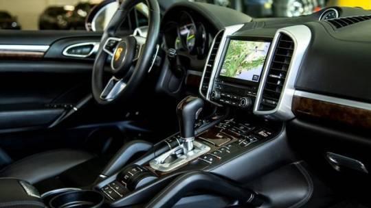 2017 Porsche Cayenne WP1AE2A24HLA74211