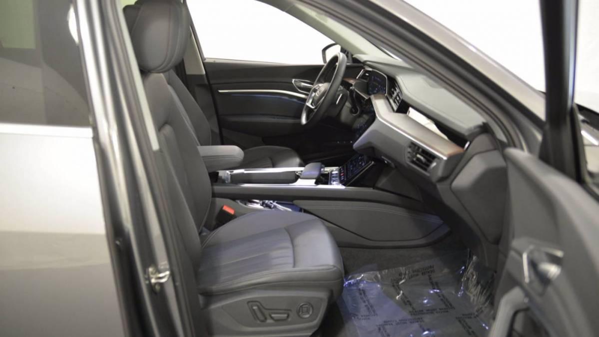 2019 Audi e-tron WA1LAAGE4KB011196